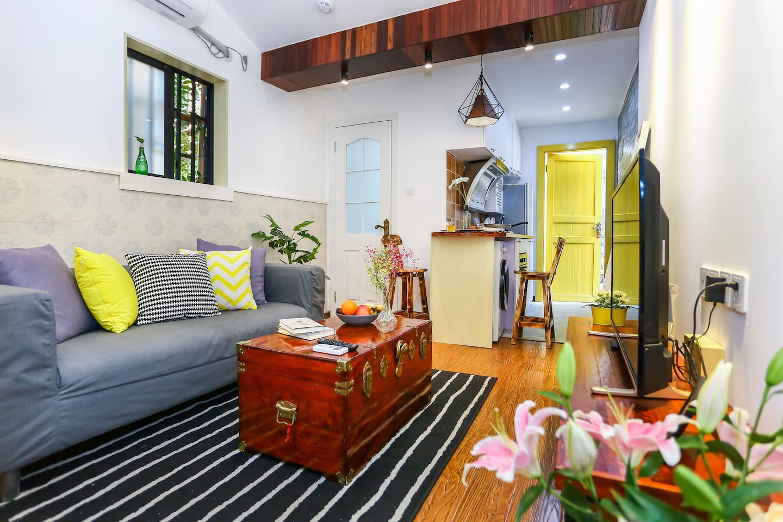 客厅选用宜家沙发和家具用品,清新优雅的设计布局,你将置身温馨舒适的居住环境中