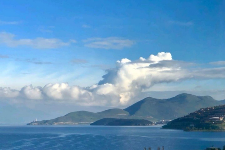 从客栈观景台眺望洱海。