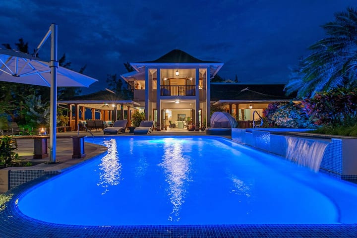 BEACHFRONT! LUXURY! MAGNIFICENT! STAFF! POOL! FORTLANDS 9BR