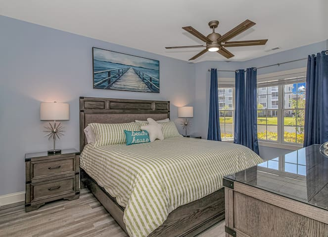 Master King *Shoreline Suite* complete with lake views from the beautiful bay windows & a full en-suite bathroom featuring a double vanity, shower & tub.