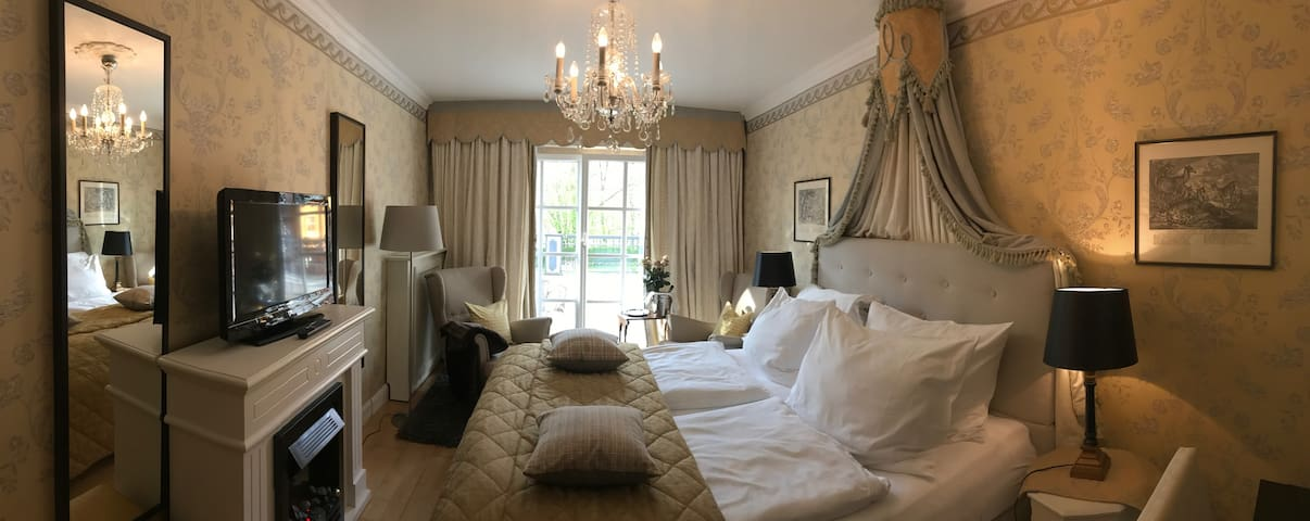 Charming room in beautiful country house, B&B - Eugendorf - Bed & Breakfast