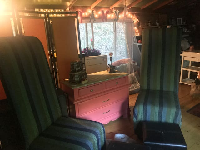 Cozy Cabin in Woods 10 Min away from College Mall