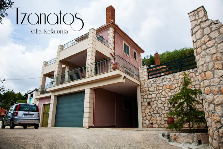 Villa Tzanatos, spacious Villa with great view!