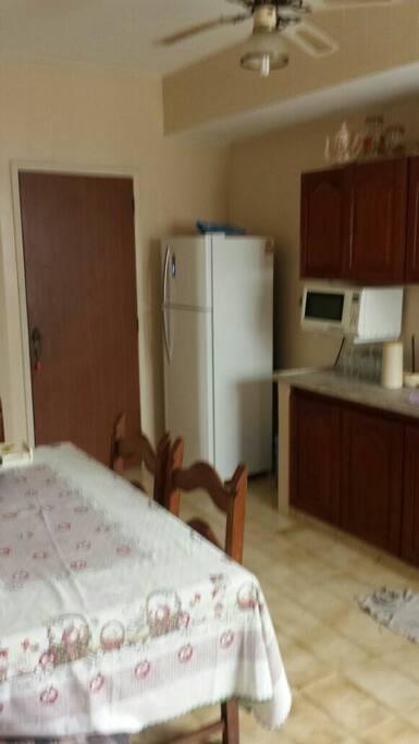 Cozinha toda equipada com utensílios domésticos