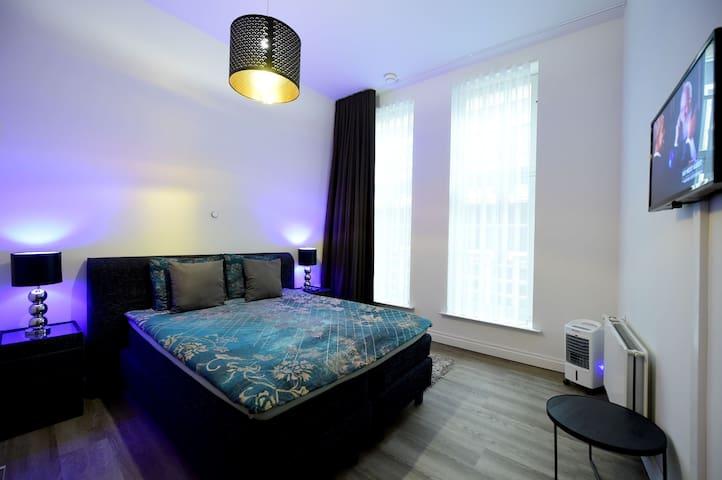 Dam Sq. Heart of Amsterdam luxury Suites OrangeBnB