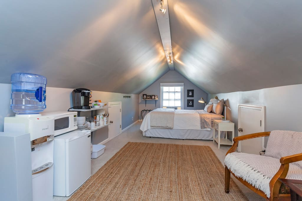 Queen sized bed, kitchenette