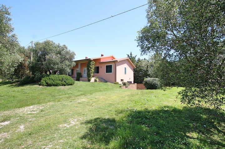 Villa con giardino a Pescia Romana