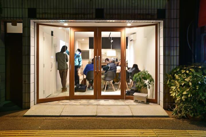 高知市中心部に位置する『TOMARIGI HOSTEL Cafe・Bar』-Dormitory-