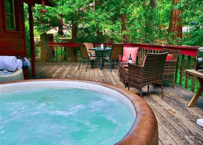 Lilac House: spa/seasonal creek/pet friendly