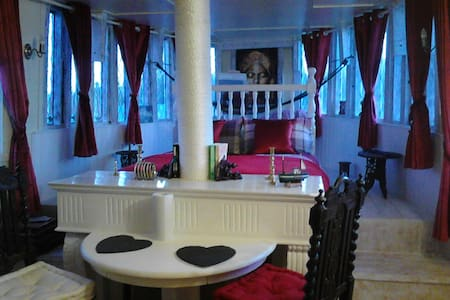 Boat Accommodation - coalisland - Bed & Breakfast