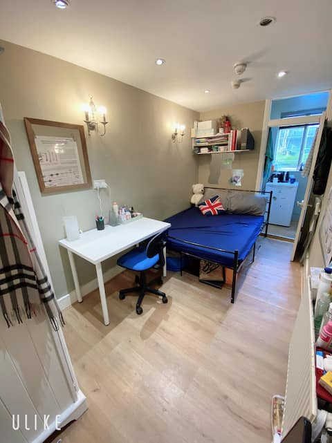 Lovely double en-suite next to Hammersmith Station