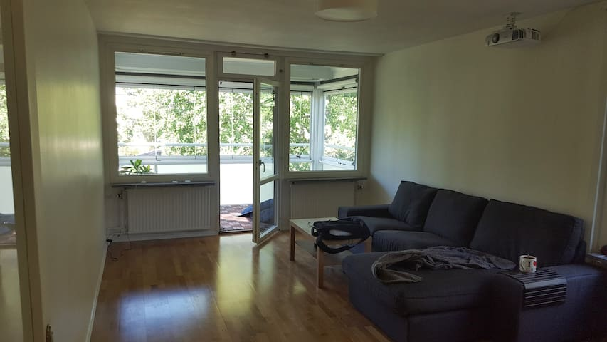 Sunny, spacious 60m2 apartment just 6min from town - Solna - Apartment