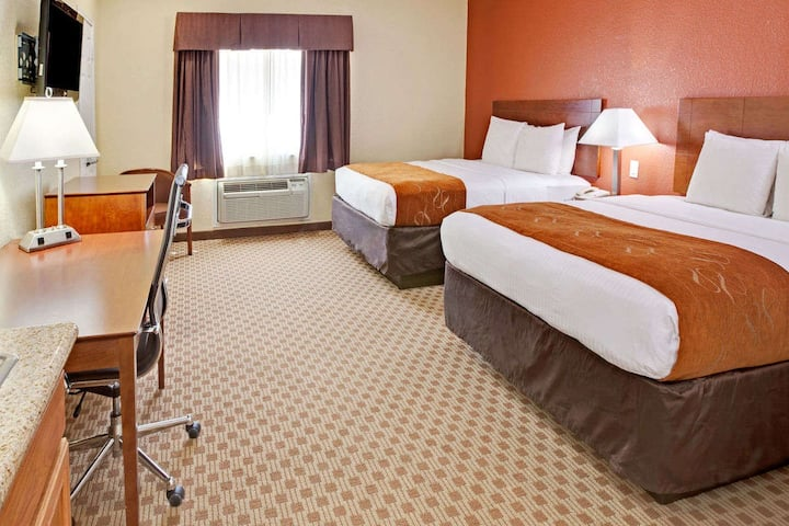Baytown Suite - 2 Queen Beds + Kitchen + Wifi!