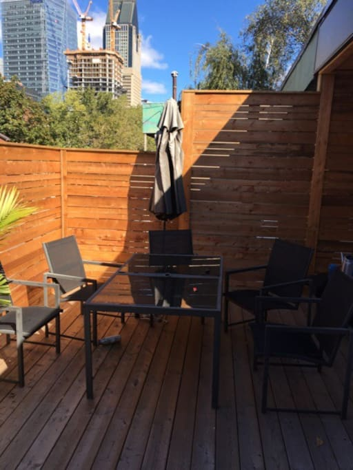 Superb terrace a barbecue for a great chilling time. Superbe terrasse avec barbecue pour les soirées d'été au pied du Centre Bell