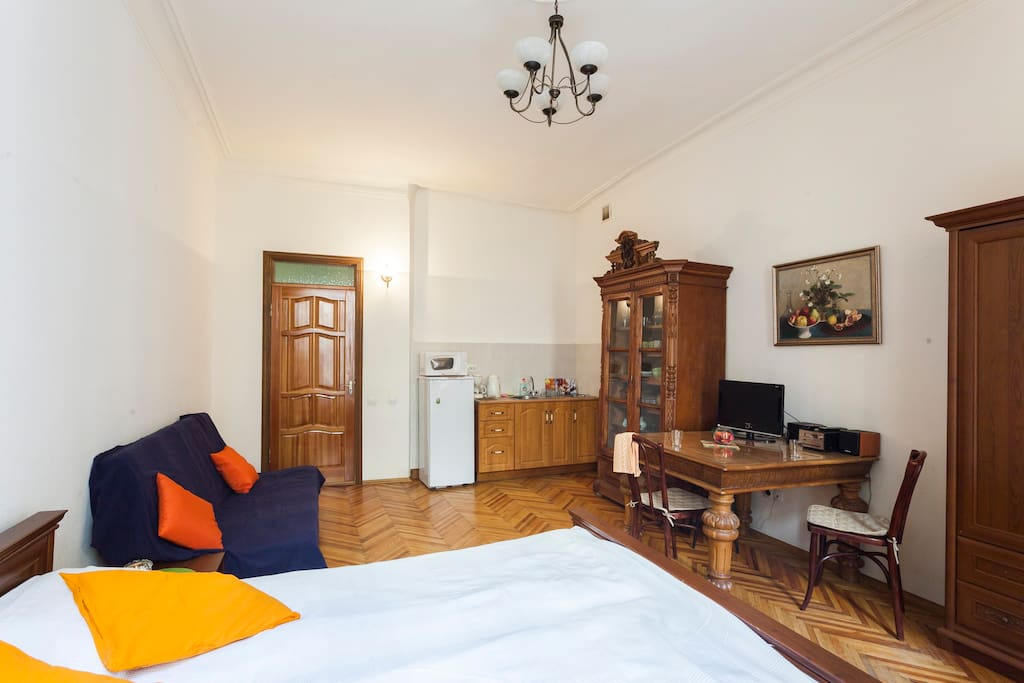 Te vieuw of the studio - large room with kitchen corner. Behind the door there an entrance hall and bathroom.