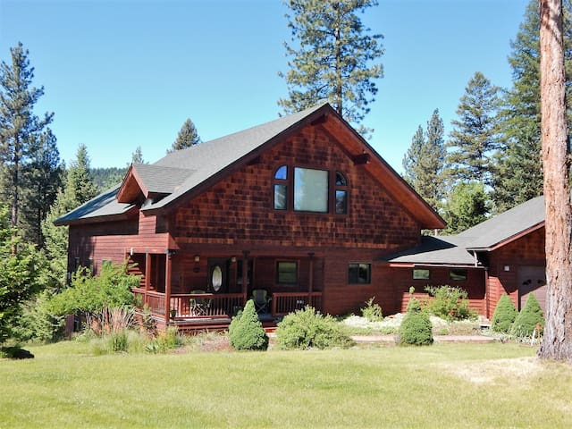 Clearwater River Retreat for 14 - With WiFi!