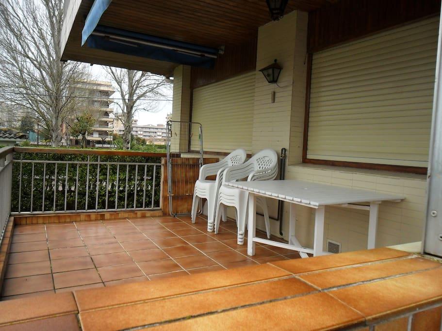 Amplia terraza con toldo, perfecta para comer o cenar con buena temperatura