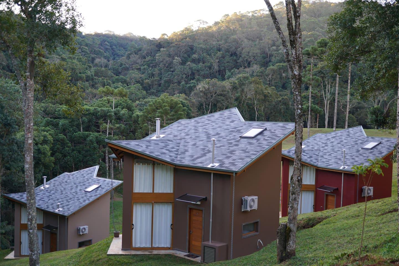 Chalés de alto padrão em meio à reserva florestal