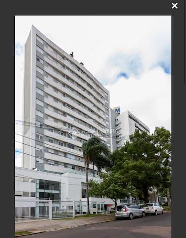 Quarto em apartamento de alto padrão e localização