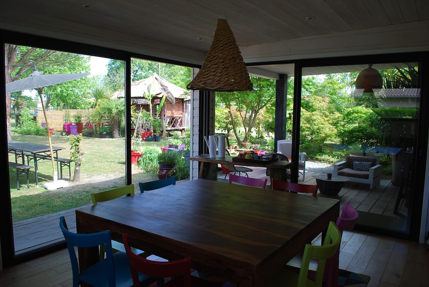 salle à manger / terrasse couverte / jardin