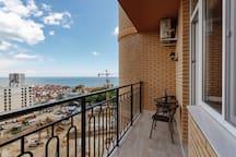 Терраса с видом на море и мебелью
