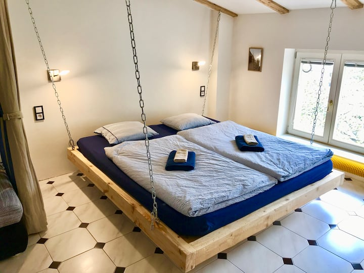 Flying bed & private bathroom - 10 min to center!