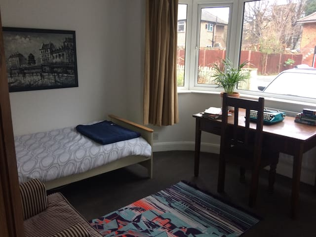 Private room in friendly home in SW19 - Londen - Huis