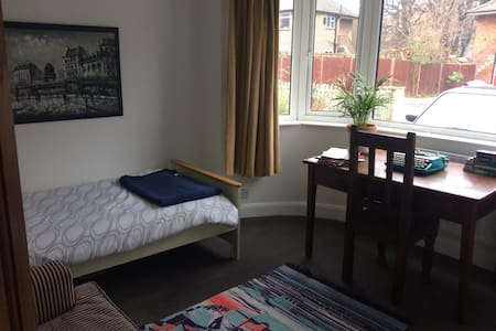 Private room in friendly home in SW19 - London - Haus