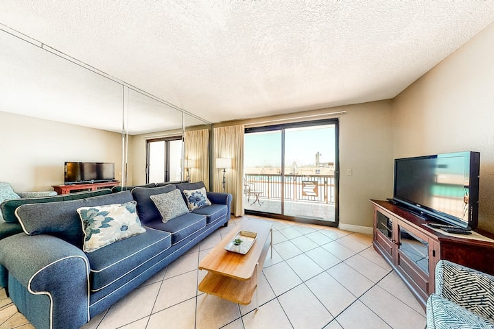 Ground-Floor, Beachfront Condo w/ WiFi & Shared Pool/Hot Tub/Sauna/Gym!