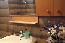 il bagno con vasca da bagno e doccia