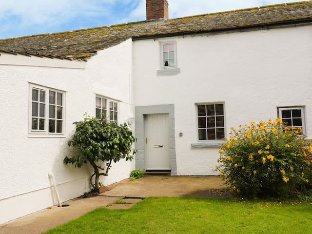 WHITEHALL, family friendly, with open fire in Blencarn, Ref 942747