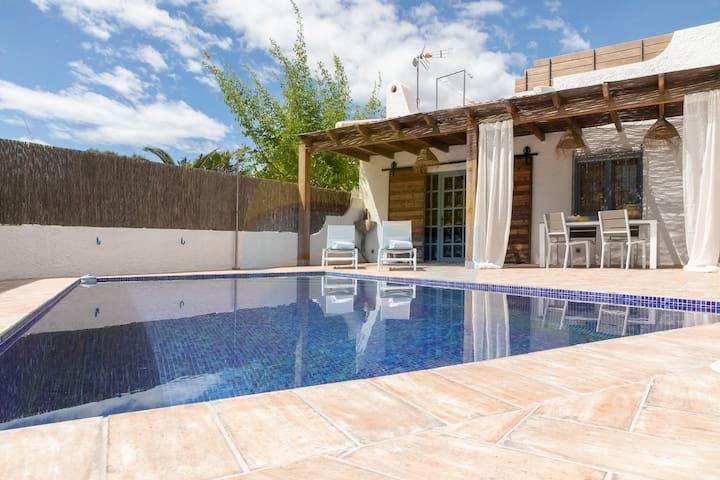 Casa en Riumar con piscina privada y barbacoa