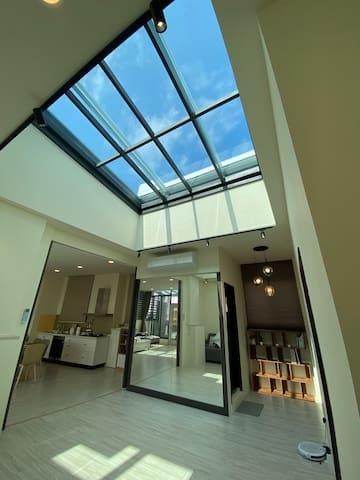 《電梯星光》全新市中心民宿,有2大套房&1間開放式星光套房,客廳、廚房、大陽台,歡迎8-10人包層。