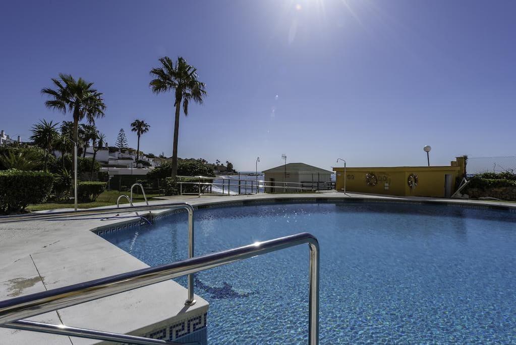 Una de las piscinas rodeada de jardines justo delante del mar