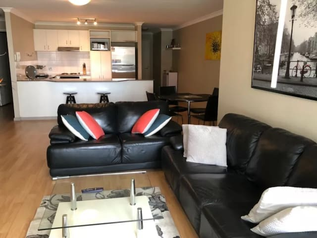 CBD Apartment with Spa Bath and Free Parking