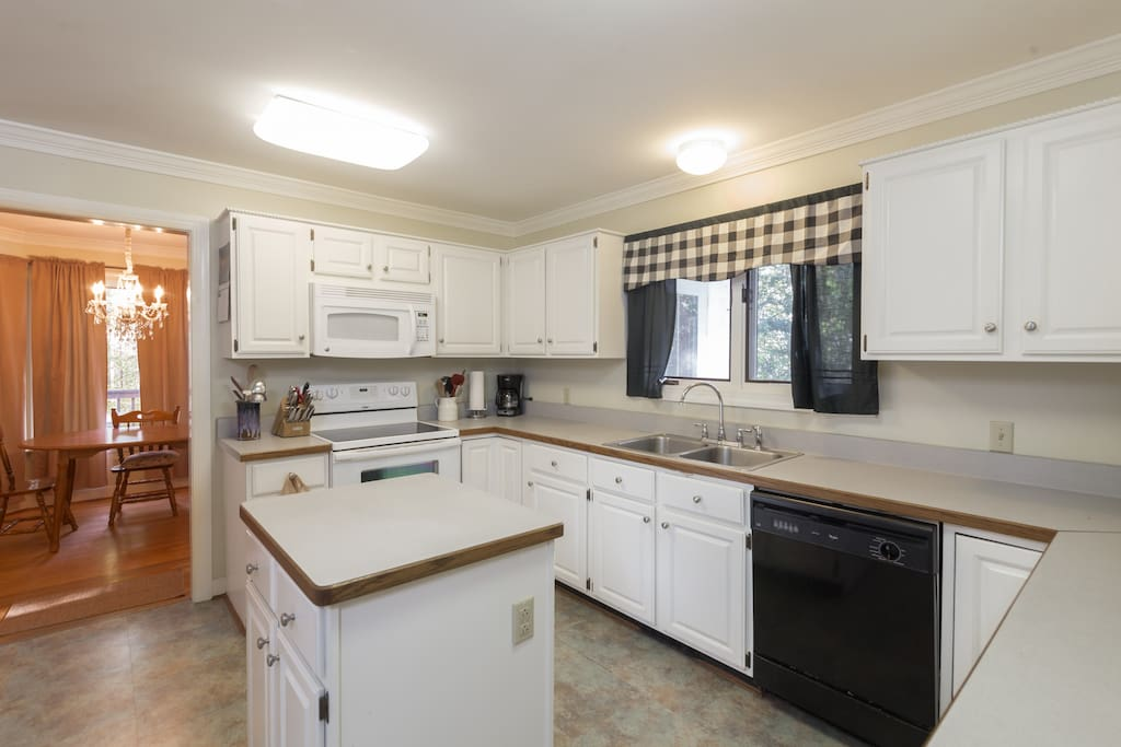 Great kitchen for team cooking! Full use of appliances and utensils.