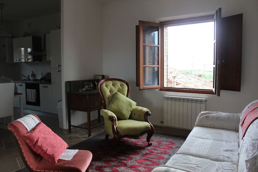 Salone con vista su Montalcino / living room with views on Montalcino