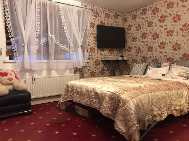 Clean Private En-suite King size room Available