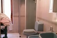 Il bagno in comune con la camera avorio