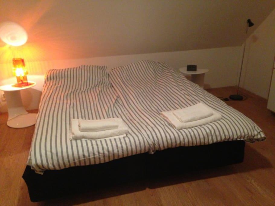 två enkelsängar i sovrummet