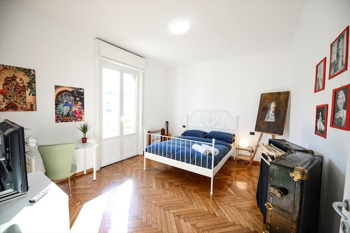 Beautiful 2 bedrooms, on top of 2 subway lines!