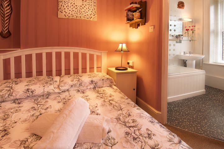 2 Double rooms - 5 guests - town/beach