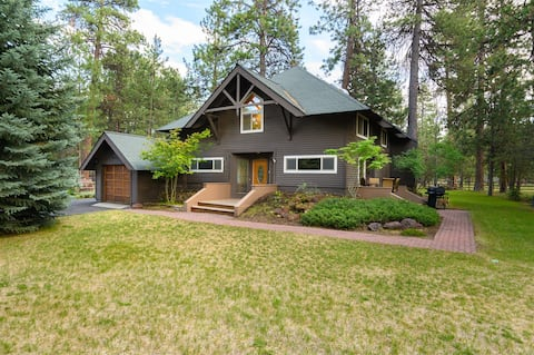 Pinecone Lodge - Western themed, updated 3 bedroom / 2.5 bath on large lot. Full of grass for the whole family to enjoy.