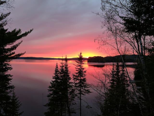 Charming log home by the lake