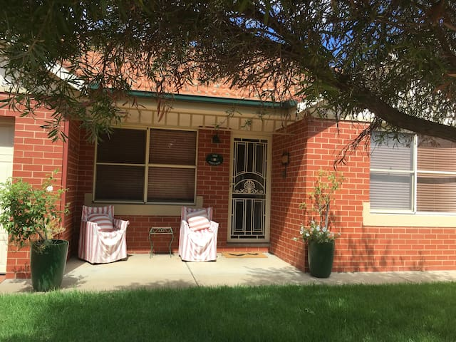 'The Cottage' - Charming & Central. - Wagga Wagga
