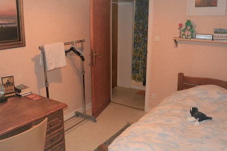 Nivelles gare - Right-of-way room with desk - 1 p.