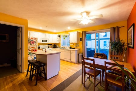Colorful and Bright Condo Close to Downtown - Dover