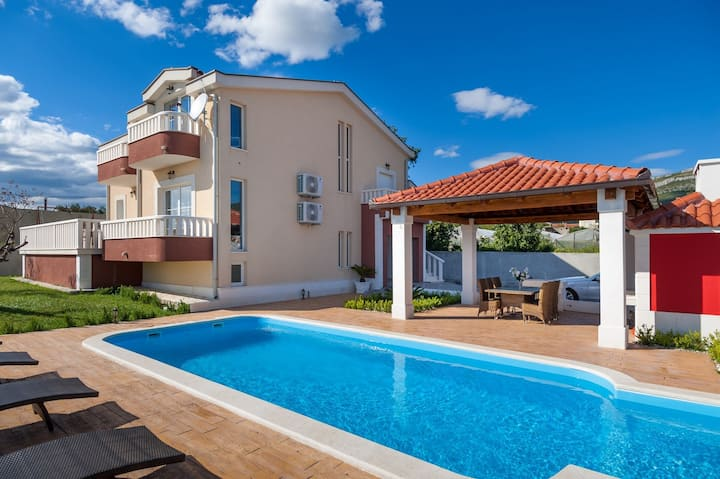 Villa Suker Jacuzzi, Pool, 5 Bedrooms, close to the sea, max. 12 person