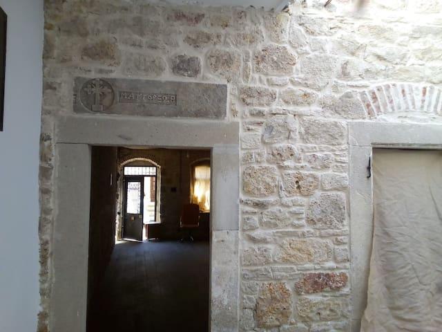Eski Foça Meydanda Taş Bina/1 Nolu Oda/3 tek yatak
