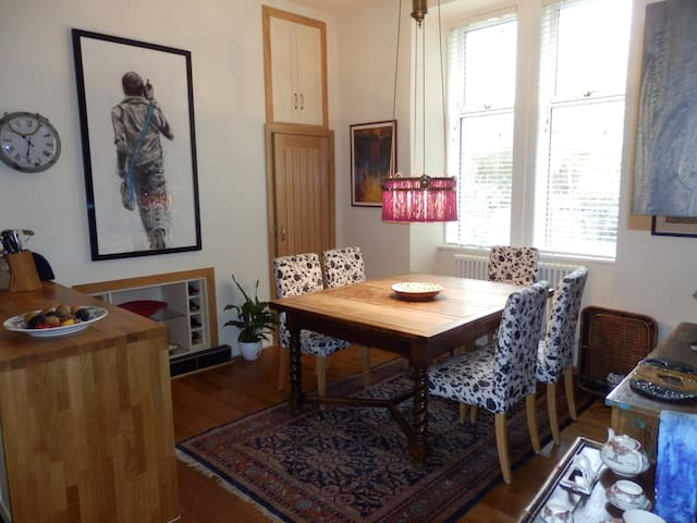 7/1 Maxwell Street apartment - lovely private room